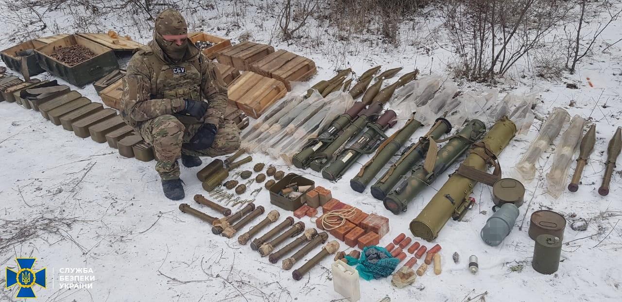 На Донбасі виявили арсенал зброї диверсійної групи окупантів