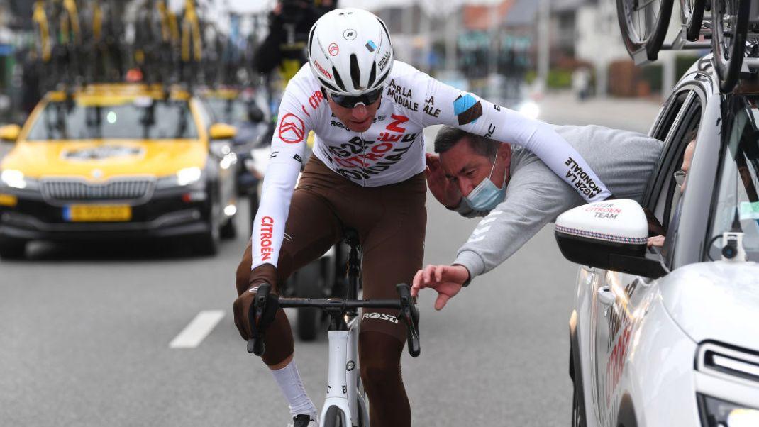 У Бельгії велогонщика дискваліфікували за викинуту в недозволеному місці пляшку